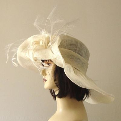 Wide-brimmed wedding ivory hat