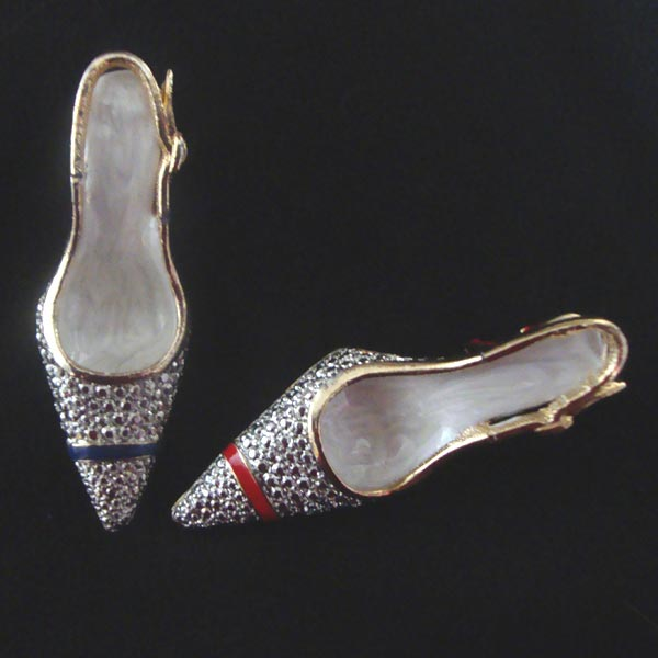 High heel shoe brooch