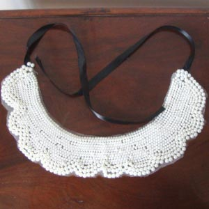 Detachable collar with ivory pearls