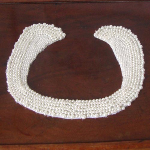 Detachable collar with pearls