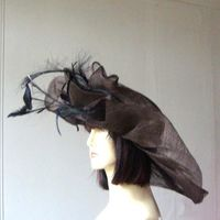 Wide-brimmed wedding hat chocolate with black feathers