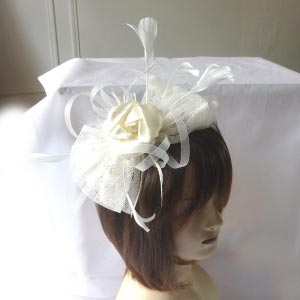 Headband with satin rosebuds, sinamay petals and feathers - 5 couleurs