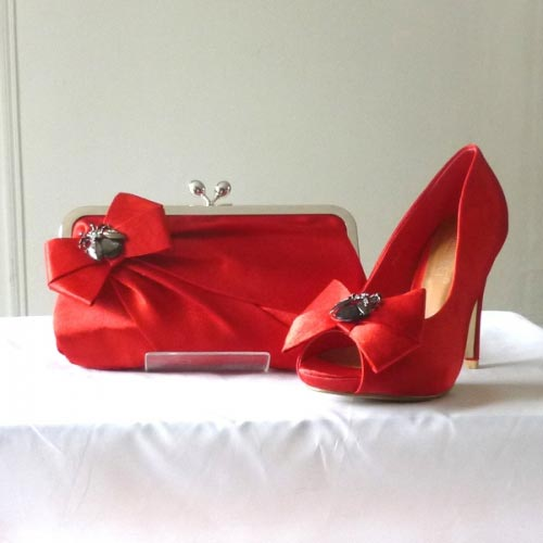 Satin red shoes with bee