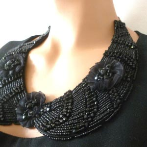 Detachable collar - black beads