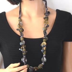 Long collier avec ruban de velours lilas/gris et bronze