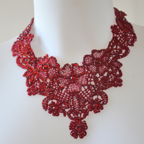 Lovely romantic bordeaux red nekclace with laces