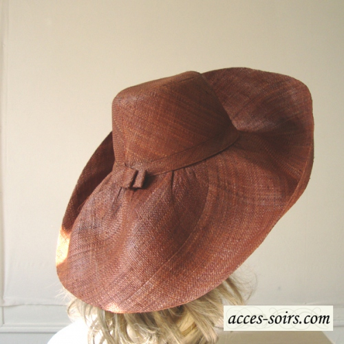 Beautiful and wide-brimmed cinnamon hat for the sea or weddings!