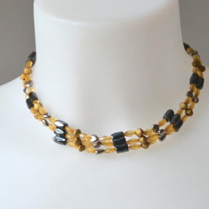 Magical necklace with blakc and safran yellow pearls