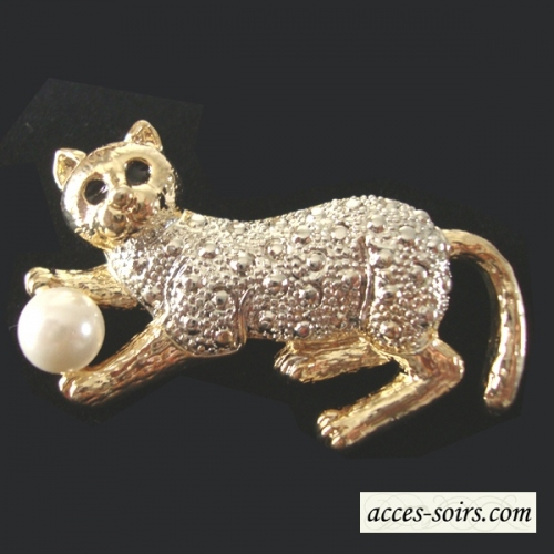 Brooch of cat with a pearl