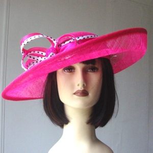 Wide-brimmed wedding fushia hat