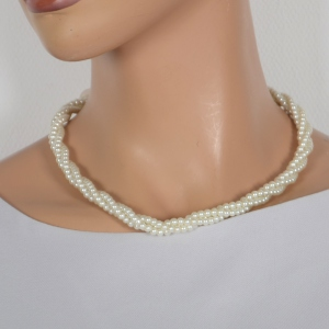 Twisted necklace with 3 rows of pearls