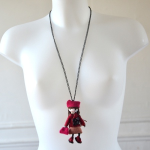 Long woolen necklace with a fuchsia doll