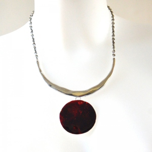 Silvery necklace with round dark red pendant