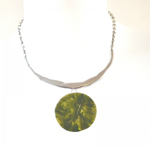 Silvery Ikita necklace with round and green pendant