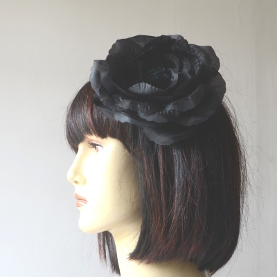 Hair accessory or brooch with black flower