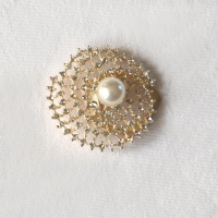 Stole pin with rhinestones, gold metal and pearls in spiral