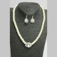 Woman's jewelry set pearl flower
