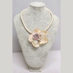 Flower necklace in natural