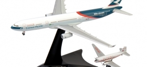 """Lot de 2 avions Airbus A.330-300 Cathay Pacific """"100th Aircarft"""" & Douglas DC-3 Cathay Pacific"""