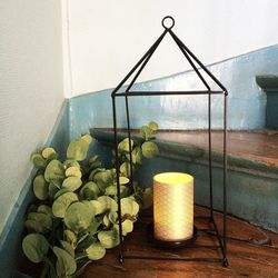 Lantern in metal with a large led candle holder - gold waves
