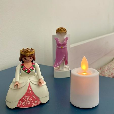 Mini LED candle with moving flame