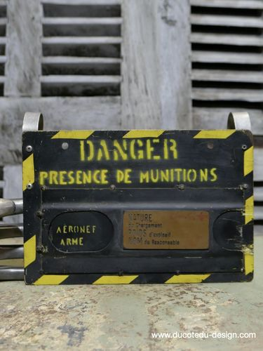Plaque metal de chargement de munition / armement avion
