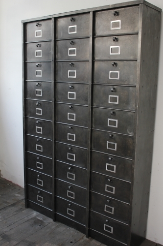 ancien grand meuble 30 casiers industriel a clapet strafor 1950. Black Bedroom Furniture Sets. Home Design Ideas