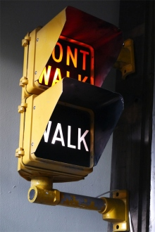 New York feu dont walk americain vintage USA jaune d'origine avec fixations murale