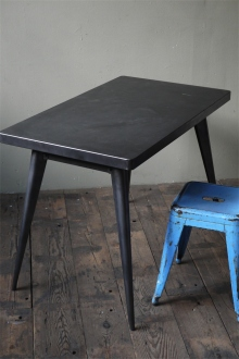 La célèbre table 55 Tolix patine graphite