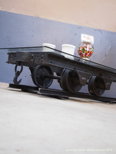 Table basse metal industrielle wagon de mine sur rail plateau de verre