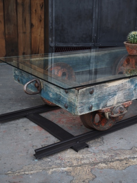 Table basse metal et bois industrielle wagon de mine sur rail plateau de verre