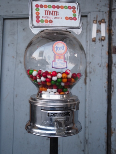 Distributeur à bonbon Ford Ball Gum 1950 Jaycees sur pied