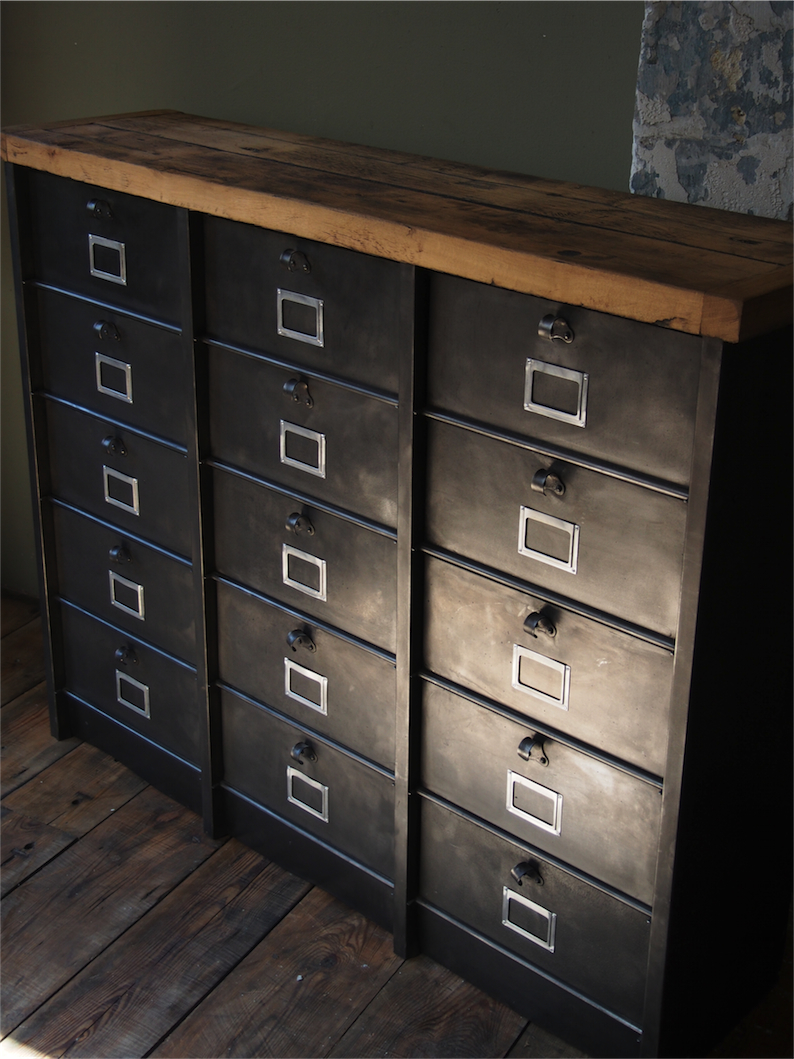 ancien grand meuble 15 casiers industriel strafor plateauchene massif. Black Bedroom Furniture Sets. Home Design Ideas