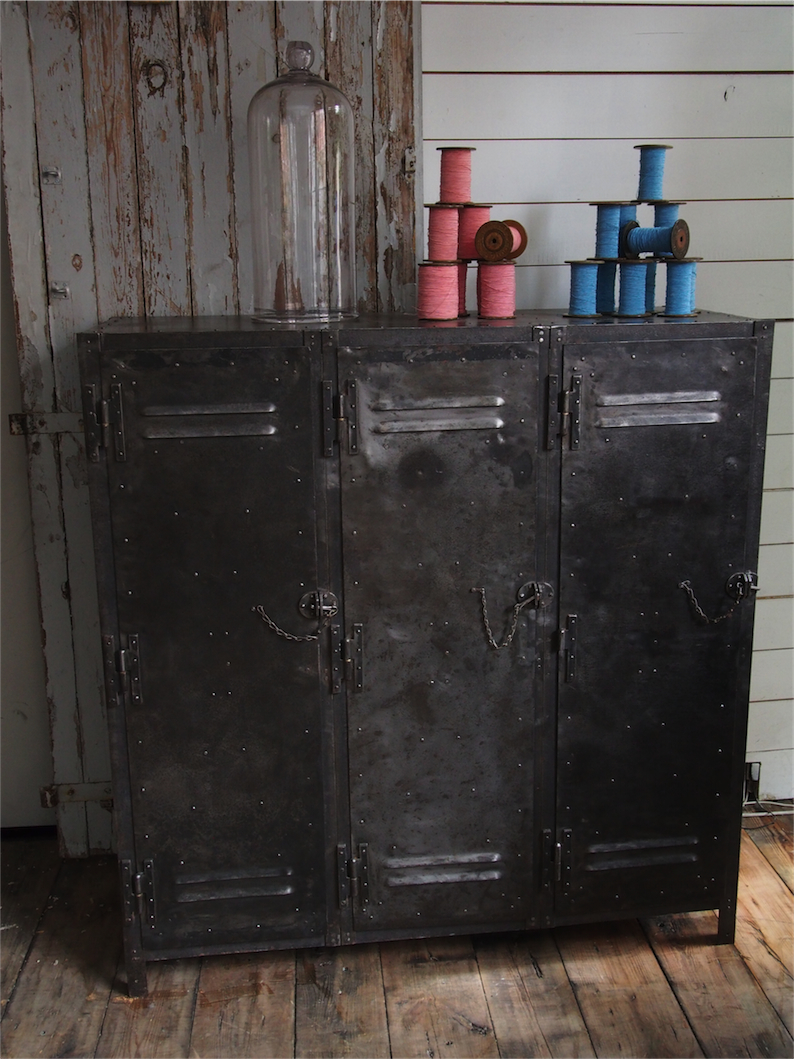 ancien meuble enfilade industriel a 3 portes 1950. Black Bedroom Furniture Sets. Home Design Ideas