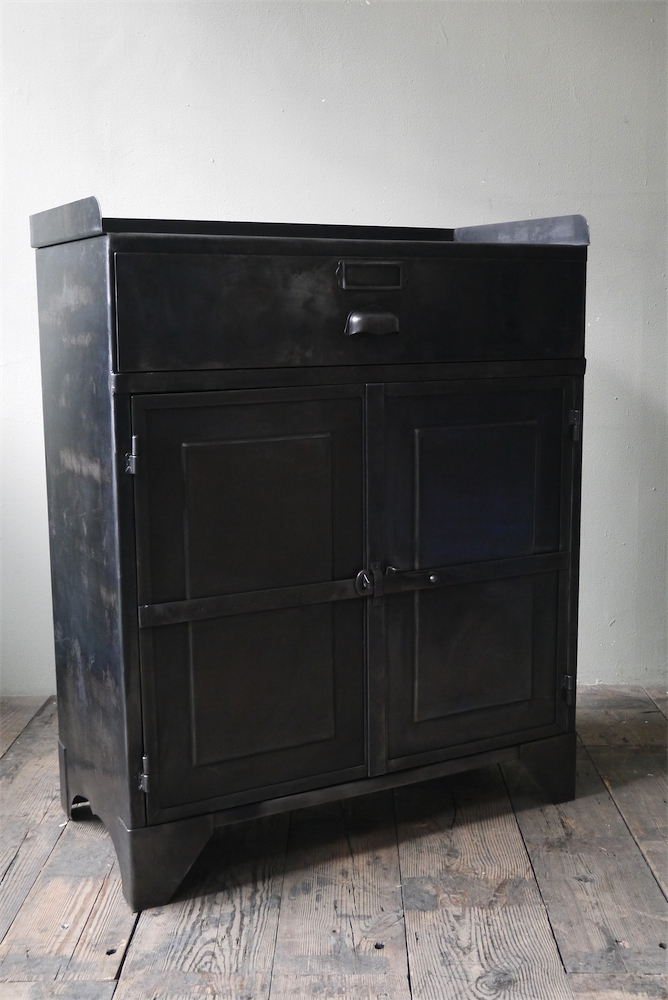 meuble buffet industriel metal 2 portes. Black Bedroom Furniture Sets. Home Design Ideas