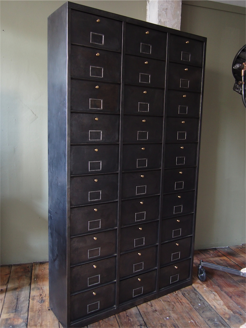 ancien grand meuble 30 casiers industriel a clapet 1950. Black Bedroom Furniture Sets. Home Design Ideas