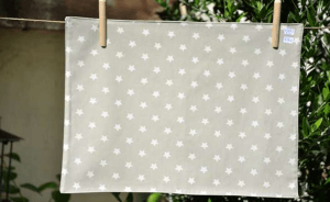 Rectangular place mat, white stars on beige ground plastified linen
