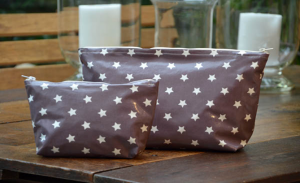 holdall pouche, white stars on plum ground plastified linen