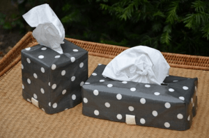 Cache-kleenex, white polka-dot on black ground plastified linen
