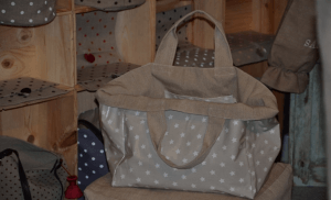 Mid-size carrier bag, white stars on beige ground plastified linen