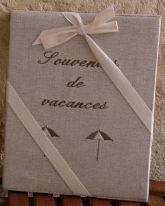 "Photos-Album 23x30.  ""Souvenirs de vacances"" (sunshade, metis, blue embroidery)  .."