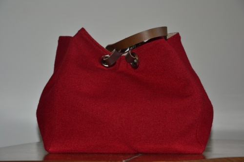 Mid-size carrier bag  leather handles, brick red boiled wool