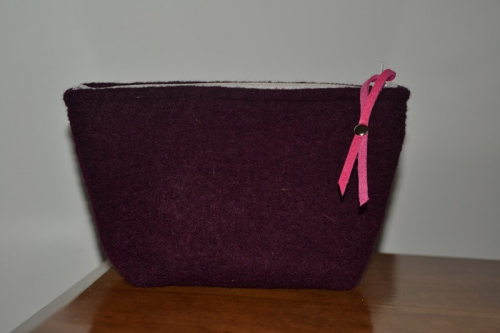 Small-size plum colored boiled wool holdall pouche