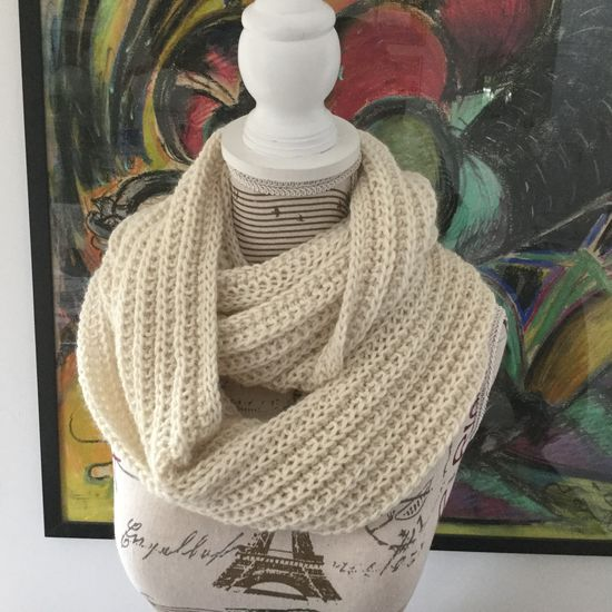 Col snood Lucette tricoté à la main couleur naturel