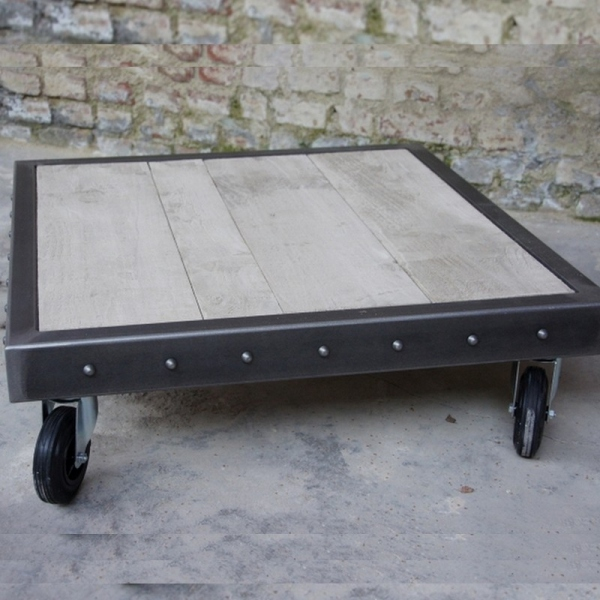 Table palette avec rivets
