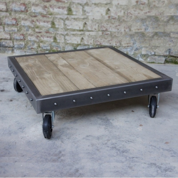 Table basse palette rivets en bois et m tal roulettes - Table basse palette design ...