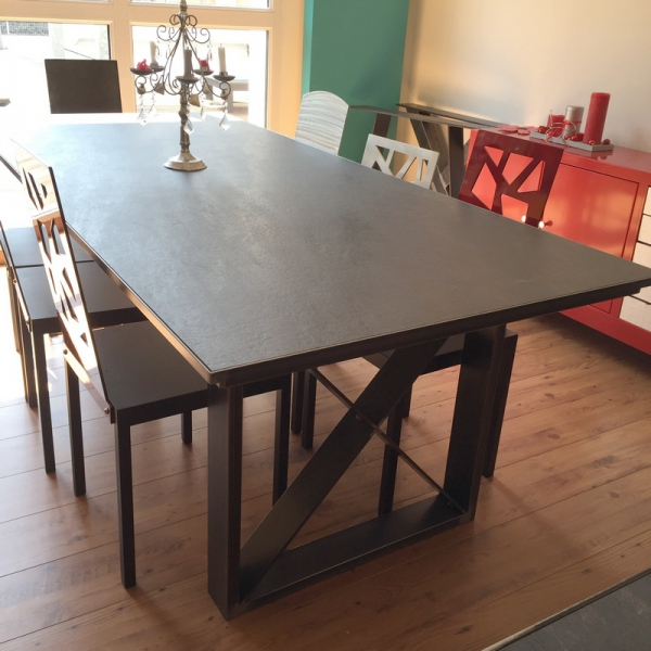 Table salle manger design c ramique table ceramique for Table salle a manger style loft