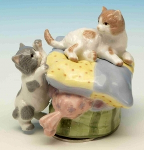 Musical automaton with cats and traditional 18 note spring musical mechanism - Item# for this musical automaton : 25104