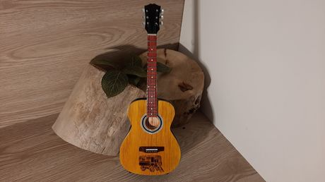 GUITARE DE DECORATION SUR SOCLE