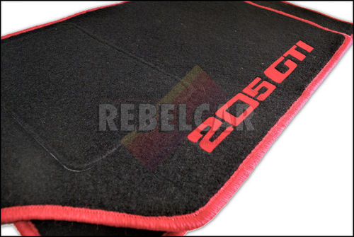 tapis de sol noirs avec logos rouges lat raux pour 205 gti. Black Bedroom Furniture Sets. Home Design Ideas